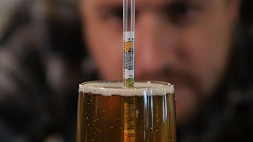 midiendo grados de alcohol en cerveza