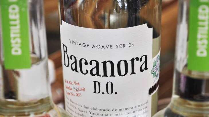 botella de bacanora mostrando denominación de origen