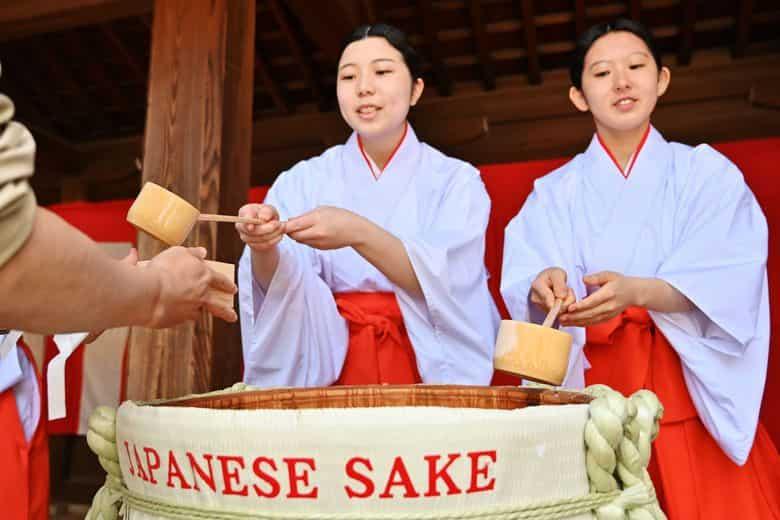sirviendo sake