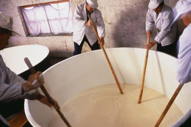 personas en el proceso de elaboración de sake