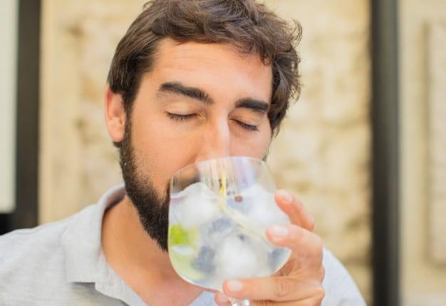 degustando copa con ginebra