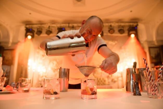 barman preparando cócteles con whisky