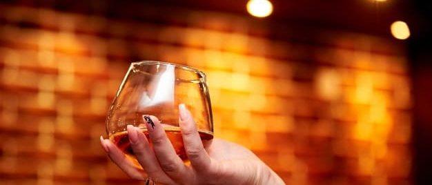 forma de agarra copa con coñac