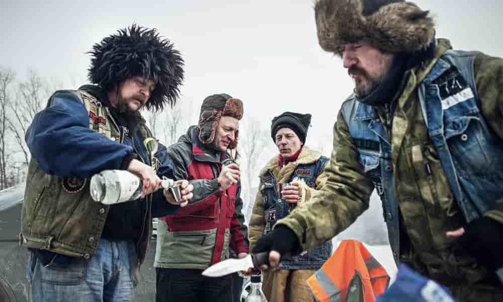 rusos bebiendo vodka